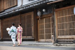 古民家を散歩する浴衣女性2人の写真素材 [FYI04870741]