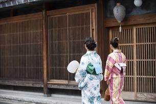 古民家を散歩する浴衣女性2人の写真素材 [FYI04870742]