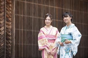 古民家を散歩する浴衣女性2人の写真素材 [FYI04870743]