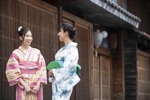 古民家を散歩する浴衣女性2人の写真素材 [FYI04870745]