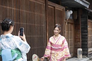 古民家を散歩して写真を撮る浴衣女性2人の写真素材 [FYI04870753]