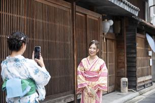 古民家を散歩して写真を撮る浴衣女性2人の写真素材 [FYI04870755]