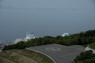 伊方原発と 併設するヘリポートの写真素材 [FYI04870899]