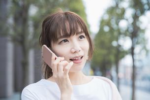 スマートフォンで通話する女性の写真素材 [FYI04870904]