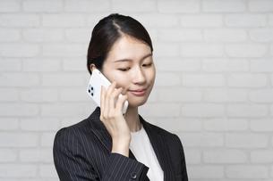 電話するビジネスウーマンの写真素材 [FYI04870907]
