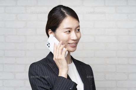 電話するビジネスウーマンの写真素材 [FYI04870908]