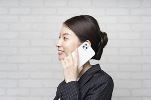 電話するビジネスウーマンの写真素材 [FYI04870909]