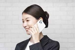 電話するビジネスウーマンの写真素材 [FYI04870910]