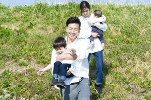 笑顔で遊びながら散歩する親子の写真素材 [FYI04870923]
