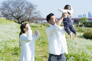 笑顔で遊びながら散歩する親子の写真素材 [FYI04870926]