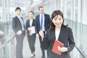 女性を中心としたビジネスチームの写真素材 [FYI04870935]