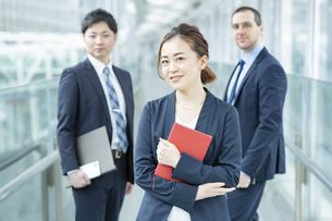 女性を中心としたビジネスチームの写真素材 [FYI04870936]