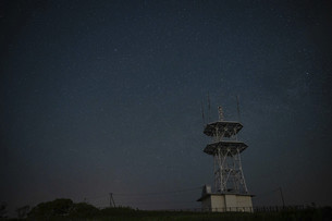 カシオペアの丘の電波塔と星空の写真素材 [FYI04871107]