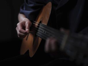 ギターを演奏する人の写真素材 [FYI04871237]