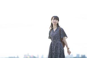 屋外での女性ポートレートの写真素材 [FYI04871250]