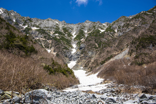 岳沢小屋から望む吊り尾根:前穂高岳と奥穂高岳の写真素材 [FYI04871324]