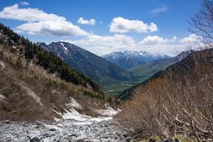 岳沢小屋から望む上高地と乗鞍岳の写真素材 [FYI04871325]