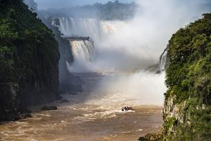 イグアスの滝の滝壺とボートの写真素材 [FYI04871326]