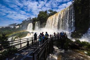 イグアスの滝と虹(アルゼンチン)の写真素材 [FYI04871327]