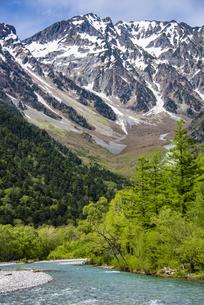 上高地:穂高連峰の奥穂高岳の写真素材 [FYI04871346]