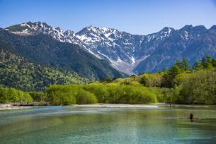 上高地:穂高連峰と大正池の写真素材 [FYI04871350]