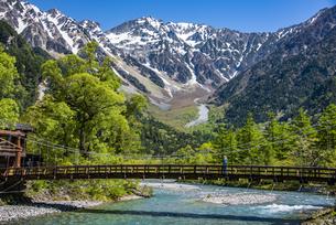 上高地:新緑の穂高連峰と梓川の写真素材 [FYI04871354]