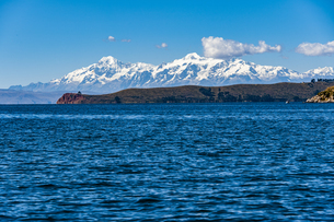 チチカカ湖の「月の島」とアンデス山脈の写真素材 [FYI04871378]