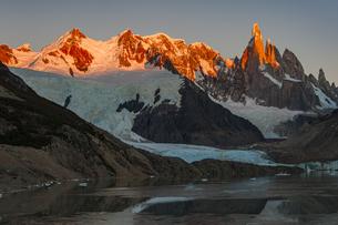 パタゴニアの名峰セロトーレの朝日の写真素材 [FYI04871391]