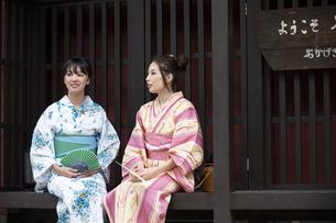 古民家と浴衣の女性2人の写真素材 [FYI04871431]