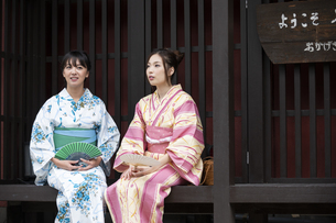 古民家と浴衣の女性2人の写真素材 [FYI04871432]