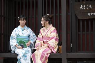 古民家と浴衣の女性2人の写真素材 [FYI04871433]