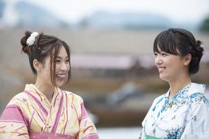 屋形船と浴衣の女性2人の写真素材 [FYI04871438]
