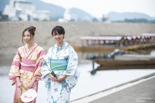屋形船と浴衣の女性2人の写真素材 [FYI04871439]