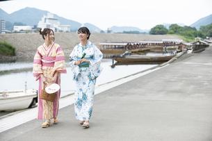 屋形船と浴衣の女性2人の写真素材 [FYI04871441]