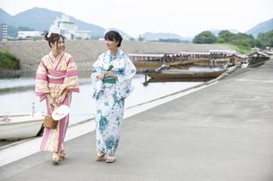 屋形船と浴衣の女性2人の写真素材 [FYI04871442]
