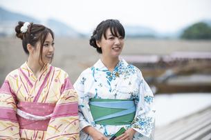 屋形船と浴衣の女性2人の写真素材 [FYI04871444]