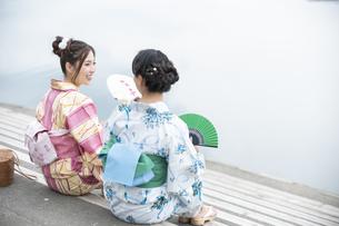 川岸で涼む浴衣の女性2人の写真素材 [FYI04871454]