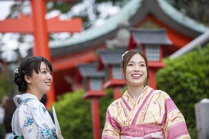 神社の参道を歩く浴衣の女性2人の写真素材 [FYI04871455]