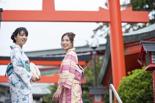 神社の参道を歩く浴衣の女性2人の写真素材 [FYI04871456]