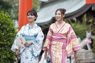 神社の参道を歩く浴衣の女性2人の写真素材 [FYI04871457]