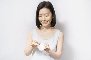 クリームを手に取る中年女性の写真素材 [FYI04871474]