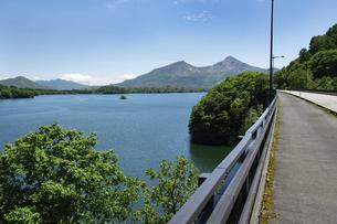 裏磐梯 初夏の桧原湖の写真素材 [FYI04871483]