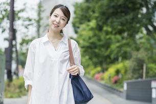 マイバッグを持ってショッピングに出かける女性の写真素材 [FYI04871530]