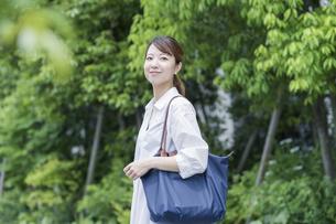 マイバッグを持ってショッピングに出かける女性の写真素材 [FYI04871531]