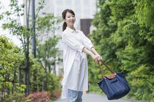マイバッグを持ってショッピングに出かける女性の写真素材 [FYI04871536]