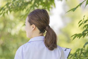白衣の女性の写真素材 [FYI04871574]