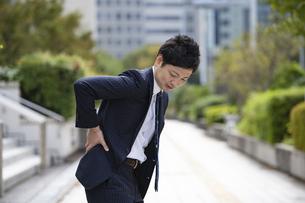 腰痛に悩むビジネスマンの写真素材 [FYI04871604]
