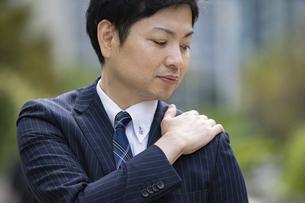 肩こりを気にするビジネスマンの写真素材 [FYI04871610]