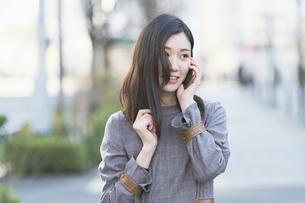 笑顔で電話する女性の写真素材 [FYI04871615]