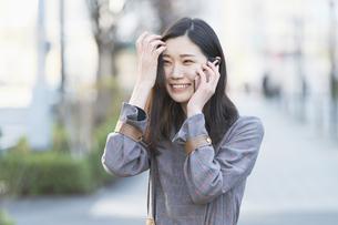 笑顔で電話する女性の写真素材 [FYI04871616]